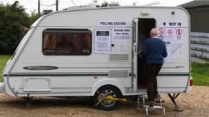 البريطانيون يدلون بأصواتهم في الانتخابات العامة 2015