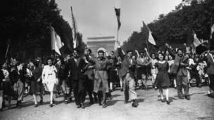 Парижане празднуют День победы на Елисейских полях.