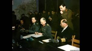 Генерал Йодль (в центре) подписывает Акт капитуляции Германии. Реймс, Франция, 7 мая 1945 г.