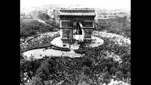 Вид сверху на Триумфальную арку в Париже 7 мая 1945 года, когда там собрались тысячи людей, чтобы отпраздновать объявление о безоговорочной капитуляции Германии.