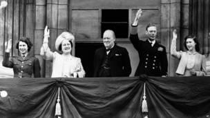 Уинстон Черчилль (в центре) с членами королевской семьи (слева направо): принцессой Елизаветой, королевой Елизаветой, королем Георгом VI и принцессой Маргарет на балконе Букингемского дворца в Лондоне в День победы 8 мая 1945 г.