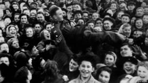 Москвички в День победы от радости качают британского солдата.