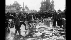 Солдаты Красной Армии бросают нацистские знамена у Мавзолея Ленина на Красной площади в Москве по случаю окончания Второй мировой войны.