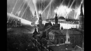 Салют над Кремлевскими башнями в Москве в честь Дня победы.