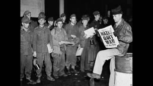 Кларенс Эйрс зачитывает новость об окончании войны