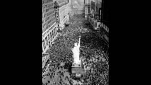 8 мая 1945 года толпа ликующих собралась на Таймс-сквер у 42-ой улицы в Нью-Йорке.