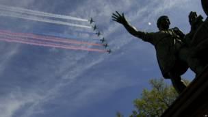 Российская авиация над памятником Минину и Пожарскому