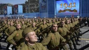 Солдаты маршируют по Красной Площади