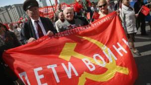 """Участники праздничного шествия со знаменем """"Дети войны"""""""