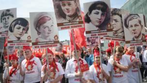 Пионеры с портретами погибших в войне советских детей