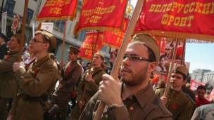 Участники парада с фронтовыми знаменами