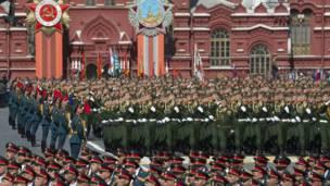 Офицеры российскийх войск маршируют на параде Победы в Москве