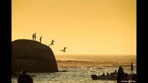 صبية يقفزون في المياه