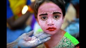 فتاة تلون وجهها في الهند