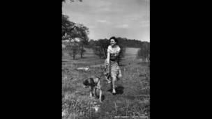 Ảnh chưa được công bố do Bert Hardy chụp Audrey Hepburn trong Richmond Park, 30/04/1950