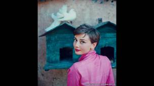 Audrey Hepburn do Philippe Halsman chụp cho tạp chí LIFE năm 1954.