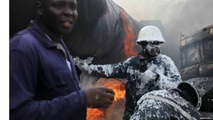 'Yan kwana-kwana kenan a unguwar Ijora ta birnin Lagos, a watan Fabrairun 2010.