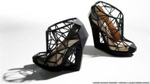 """حذاء بعنوان """"النسخة المجردة غير المرئية"""" 2011، أندريا تشافيز، صورة لأندرو برادلي"""