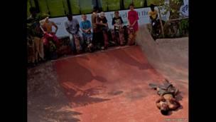 هنا، أبهيشيك شيكينباك، يتحدى الحر والخرسانة الصلبة قي مورجيم، في غوا، تصوير هاري أديفاريكار