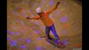 صبي هندي يتزلج، تصوير هاري أديفاريكار