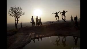 المتزلجون في الهند، تصوير هاري أديفاريكار