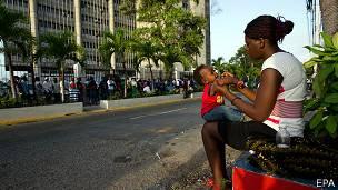mujer haitiana hace cola para regularizar su situación en república dominicana