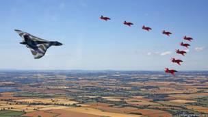 صورة لعرض طائرة أفرو فولكان الأخير في معرض الطيران الملكي الدولي، وهي تؤدي آخر تحليق منخفض مع فريق السهام الحمراء (Red Arrows).