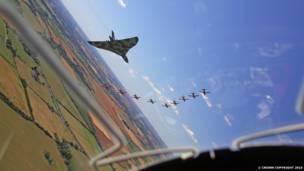 صورة لعرض طائرة أفرو فولكان الأخير في معرض الطيران الملكي الدولي، وهي تؤدي آخر تحليق منخفض مع فريق السهام الحمراء (Red Arrows). حقوق النشر محفوظة للتاج الملكي 2015