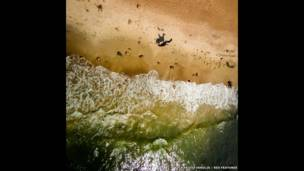 बाल्टिक सागर के तट पर घोड़े की सवारी
