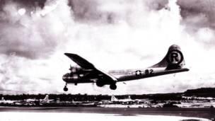 """Боинг В-29 """"Энола Гей"""" заходит на посадку на Марианских островах после бомбардировки Хиросимы."""