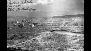 قنبلة هيروشيما، صورة بعد إلقاء القنبلة، تحمل توقيع الطيار بول تيبيتس في أعلى اليسار.