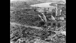 دمار هيروشيما، بعد إلقاء القنبلة الذرية. المبنى الجانب الأيمن محفوظ بوصفه ذكرى السلام في هيروشيما، قبة القنبلة الذرية أو قبة جينباكو، أول سبتمبر/أيلول 1945، غيتي إيمدج