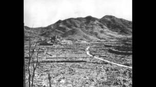 美軍投下原子彈後,長崎的浦上教會在一片廢墟中佇立。美聯社