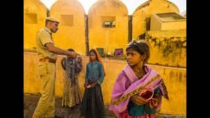 बिंदी बेचती लड़की, जयपुर, राजस्थान, जूलियन ली