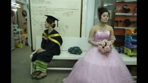 Lulusan dan alon pengantin di salon di Meiktila, 2013