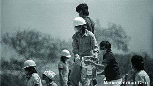 Voluntarios ayudan a rescatar víctimas tras el derrumbe del Centro Médico Nacional.