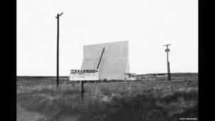 (سينما السيارات في مارفا، ولاية تكساس، 1983)