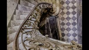 टूट रही सीढ़ी के पास रखा पियानो. किश्चियन रिचर