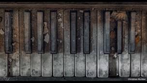 धूल खा रहा पियानो. किश्चियन रिचर