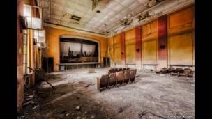 वर्षों से खाली पड़ा थिएटर. किश्चियन रिचर