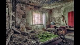वर्षों से खाली पड़े बेडरूम में उग रही घास. क्रिश्चियन रिचर