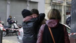 पेरिस में हमले के बाद शोक में डूबे लोग