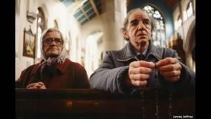 सेंट पैट्रिक चर्च में प्रार्थना करते हुए दो लोग