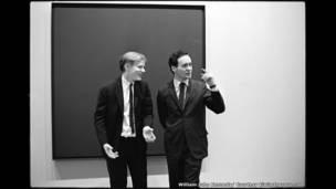 أندي وورهول و الفنان روبرت أنديانا في متحف الفن الحديث عام 1963.