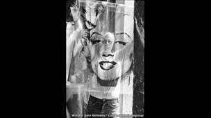 أندي وورهول ينظر إلى مواد مستخدمة في صورته الشهيرة لمارلين مونرو عام 1964.