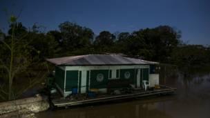 Fotos mostram cotidiano na Reserva de Desenvolvimento Sustentável Mamirauá, que, no período de cheia, fica alagada com a subida do rio Solimões.