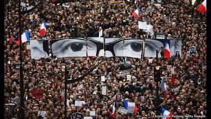 Masu zanga zanga sun nufi Boulevrd Voltaire a wani na gamayya a Paris a  harin da aka kai a watan Janairun shekarar  2015 a Paris, Babban Birnin Faransa.