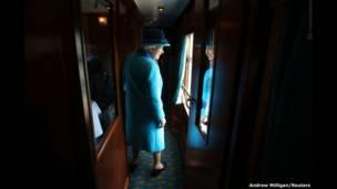 Sarauniyar Ingila Elizabeth tana shiga sabon jirgin kasa na kamfanin Scottish Borders a Scotland.