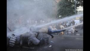 Wani jirgi mai saukar ingulu  ya rika  feswa masu zanga-zangar ruwa a Yerevan da ke Armenia