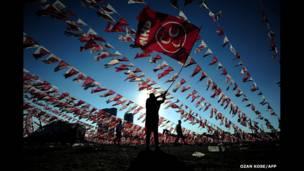 Wata mata tana daga tutar jam'iyyar Turkeys Nationalist Movement Party (MHP)  a lokacin yakin neman zabe.